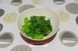 Шаг 1. Салат и рукколу промыть и порвать в салатник руками.