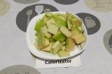 Шаг 2. Яблоко нарезать пластинками.