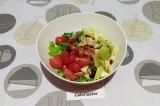 Шаг 4. Добавить яблоки и помидоры в салатник, заправить бальзамическим кремом-со