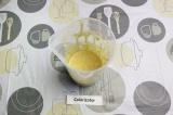 Шаг 2. Добавить яйца и протеин к хлопьям, взбить до однородности.