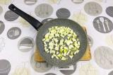 Шаг 1. Яблоко нарезать кубиками и обжарить на сухой сковороде.