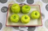Шаг 4. Закрыть яблоки верхушками и выложить в форму для запекания.