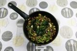 Шаг 4. Тушить грибы и фасоль на масле со специями с добавлением воды.
