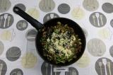 Шаг 5. Добавить в сковороду шпинат и семена.