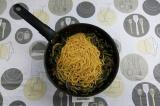 Шаг 8. Добавить макароны к овощам, перемешать.