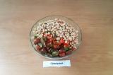 Шаг 7. Овощи сложить в глубокую салатницу, добавить фасоль, нарезанные четвертин