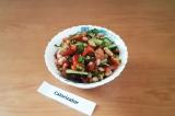Готовое блюдо: овощной салат с консервированной фасолью
