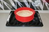 Шаг 8. Налить воду в глубокий противень, поставить форму и выпекать в духовке
