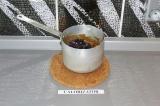 Шаг 4. Добавить ягоды и потомить под крышкой на медленном огне в течение пары