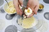 Шаг 3. Скатать из творожной массы шарики, в середину каждого поместить орех.