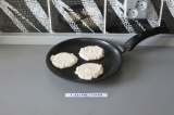 Шаг 3. Пожарить оладушки с двух сторон на антипригарной сковородке.