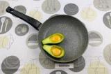 Шаг 2. Аккуратно влить яйцо в получившиеся формочки.