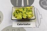 Шаг 5. Смешать зелень с мякотью авокадо и добавить при подаче.