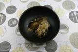 Шаг 2. Грибы тушить на сковороде с добавлением кориандра и масла – 20 минут.