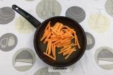 Шаг 4. Обжарить морковь на сухой сковороде или на небольшом количестве воды.