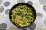 Шаг 6. К грибам добавить морковь, пасту, овощи, подсолить, приправить паприкой