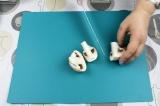 Шаг 1. Порезать грибы на четвертинки.