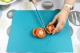 Шаг 3. Крупными кружочками порезать помидор.