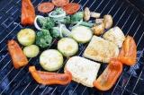 Шаг 6. Выложить овощи на мангал и готовить на углях до готовности, периодически