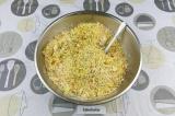 Шаг 4. Соединить нутовую крошку с зеленью, морковью, специями и мукой.