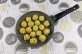 Шаг 6. Выложить шарики в антипригарную сковороду и обжарить со всех сторон