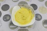 Шаг 4. Добавить мучную смесь к желткам, смешать, чтобы не было комочков.