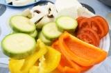 Шаг 2. Все овощи так же, как и сыр, порезать крупными кружочками и четвертинками
