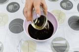 Шаг 3. В соевый соус добавить масло. Перемешать.