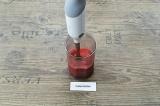 Шаг 3. Добавить желатин, воды и взбить блендером. Дать набухнуть желатину минут