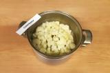Шаг 2. Отварить капусту в подсоленной воде в течение 5-ти минут.