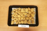 Шаг 6. Выложить капусту на противень, застеленный пергаментной бумагой. Поставит