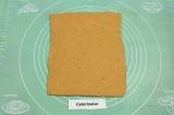 Шаг 3. При помощи силиконового коврика раскатать пласт толщиной 0.5 см.