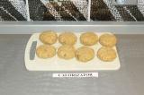 Шаг 6. Сформировать сырники и обжарить их с двух сторон на сухой сковороде.