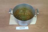 Шаг 9. Добавить зелень и чеснок в суп, потушить еще 5-7 минут, снять с плиты
