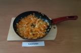 Шаг 4. Масло Гхи растопить на сковороде, спассеровать нарезанные лук и морковь.