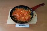 Шаг 6. Добавить к овощам, тушить под закрытой крышкой 5-7 минут на слабом огне.