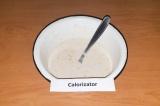 Шаг 3. Добавить молоко и смолотые хлопья, чтобы получилось тесто блинной консист
