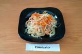 Готовое блюдо: салат с фунчозой и красной рыбой