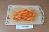Шаг 3. Морковь нарезать соломкой.
