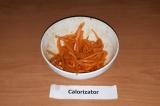 Шаг 6. Морковь растереть со специями до появления сока.