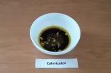 Шаг 8. Для заправки смешать масло, соевый соус, измельченный чеснок, специи