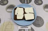 Шаг 2. На хлеб выложить сыр Фетакса.