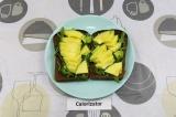 Шаг 3. На ломтик хлеба выложить рукколу и авокадо.