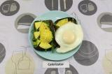 Шаг 4. Посолить, поперчить и выложить сверху яйцо.
