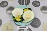 Готовое блюдо: бутерброды с авокадо и яичницей