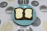 Шаг 3. Выложить яичную смесь на хлеб, украсить укропом.