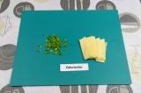 Шаг 2. Нарезать сыр и лук.