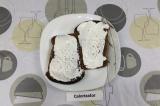 Шаг 3. На хлеб намазать йогурт, подсолить и поперчить.