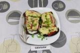 Готовое блюдо: горячие бутерброды с шампиньонами и перцем