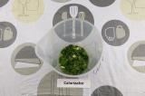 Шаг 2. Выложить в чашу блендера зелень, добавить воду, масло и сок лайма.